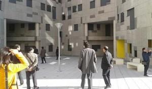 Delegación coreana visitando viviendas de la EMVS en Carabanchel